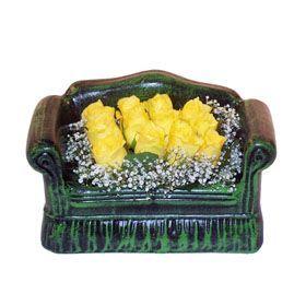 Seramik koltuk 12 sari gül   Muğla anneler günü çiçek yolla