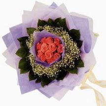 12 adet gül ve elyaflardan   Muğla çiçek online çiçek siparişi