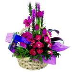 çikolata ve sepette çiçek   Muğla çiçek siparişi vermek