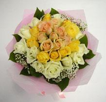 sari ve beyaz gül karisimda   Muğla 14 şubat sevgililer günü çiçek