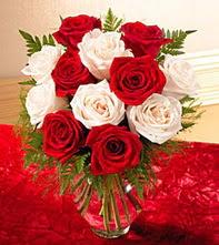 Muğla çiçek gönderme sitemiz güvenlidir  5 adet kirmizi 5 adet beyaz gül cam vazoda