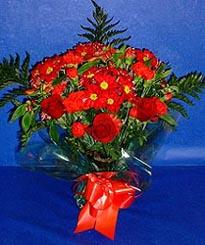 Muğla hediye sevgilime hediye çiçek  3 adet kirmizi gül ve kir çiçekleri buketi