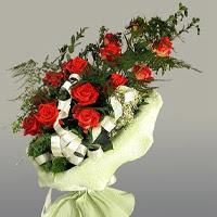 Muğla anneler günü çiçek yolla  11 adet kirmizi gül buketi sade haldedir