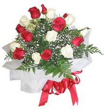 Muğla 14 şubat sevgililer günü çiçek  12 adet kirmizi ve beyaz güller buket
