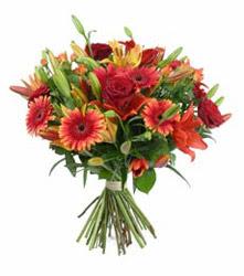 Muğla cicek , cicekci  3 adet kirmizi gül ve karisik kir çiçekleri demeti