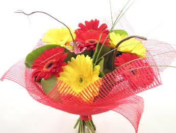 9 adet gerbera çiçeklerinden buket  Muğla uluslararası çiçek gönderme