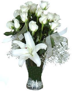 cam içerisinde 11 beyaz gül ve 1 kazablanka  Muğla çiçek servisi , çiçekçi adresleri