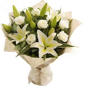 Muğla çiçek gönderme  3 dal kazablanka ve 7 adet beyaz gül buketi