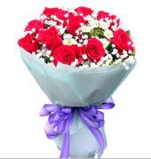 12 adet kırmızı gül ve beyaz kır çiçekleri  Muğla çiçek online çiçek siparişi