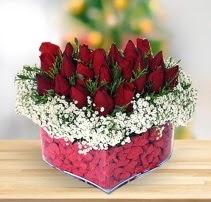 15 kırmızı gülden kalp mika çiçeği  Muğla uluslararası çiçek gönderme