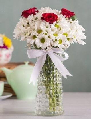 Papatya Ve Güllerin Uyumu camda  Muğla çiçek siparişi vermek