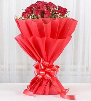 12 adet kırmızı gül buketi  Muğla hediye sevgilime hediye çiçek