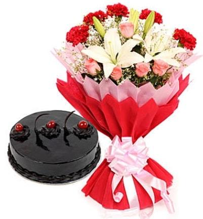 Karışık mevsim buketi ve 4 kişilik yaş pasta  Muğla çiçek online çiçek siparişi
